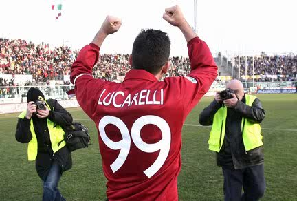 Lucarelli dengan tegas menengadahkan clenched fist